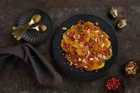 Appelsinsalat med granateple og mandler oppskrift.