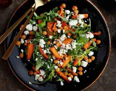 Varm gulrotsalat med kikerter oppskrift.
