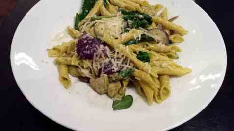 Pasta garganelli med pesto og kylling oppskrift.