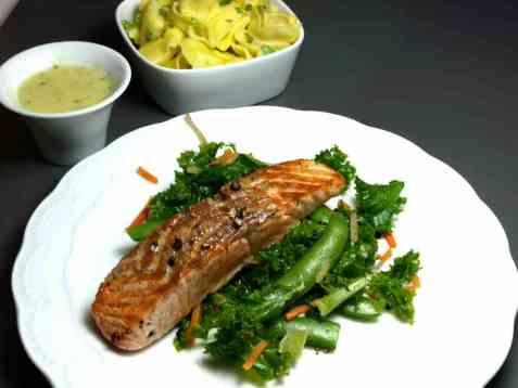 Grønnkålwok med stekt laks oppskrift.