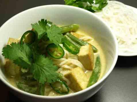 Grønn curry med tofu og nudler oppskrift.