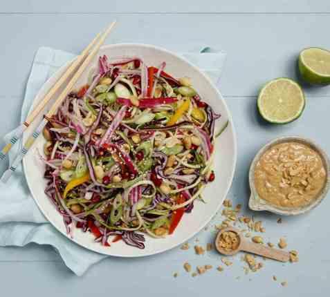 Thailandsk salat med squashnudler og peanøttdressing oppskrift.