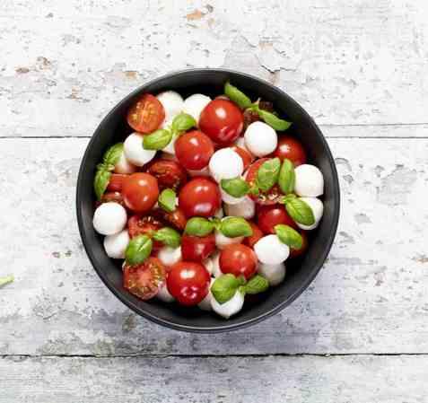Salat caprese med mozzarellakuler oppskrift.