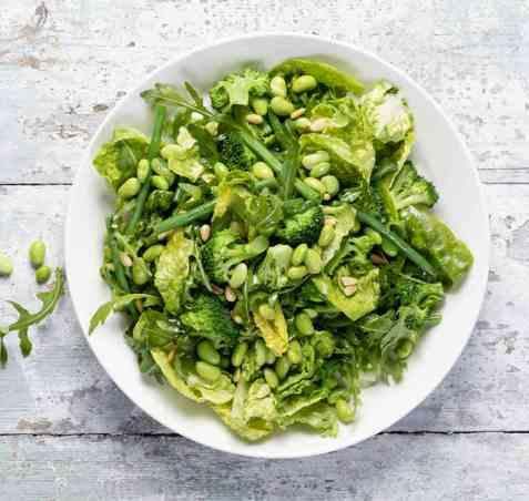 Grønn salat med brokkoli og bønner oppskrift.