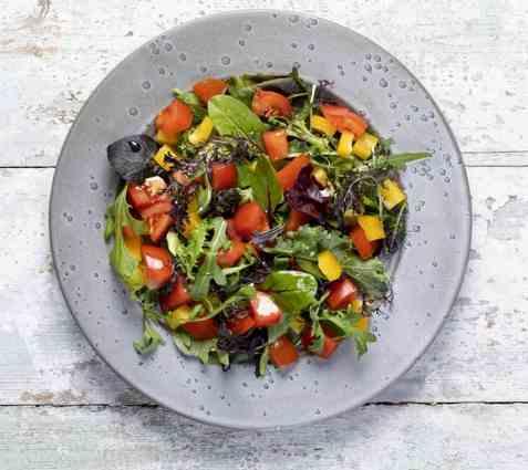 Blandet salat med tomat oppskrift.