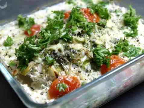 Kylling i form med urter og tomat oppskrift.