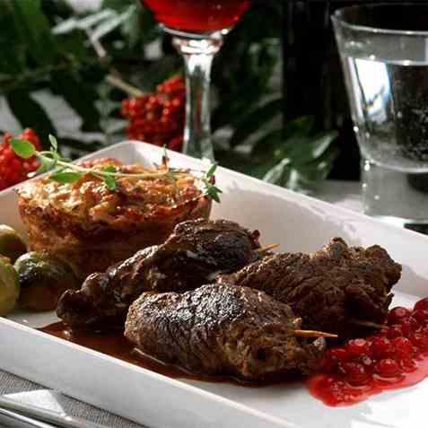 Viltrullader med glassert blomkål, potetkaker og nyrørt tyttebær oppskrift.