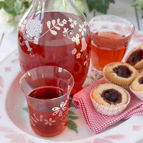 Jordbær-hylleblomstsaft oppskrift.