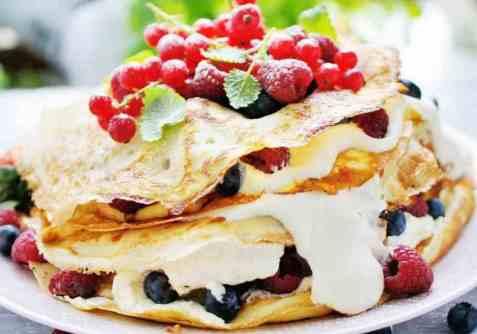 Pannekakekake med krem og ferske bær oppskrift.