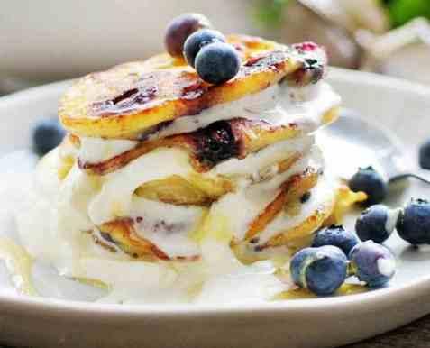 Amerikansk blåbærpannekake med lønnesirup og krem oppskrift.
