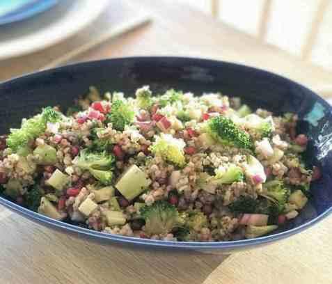 Brokkolisalat med byggryn oppskrift.