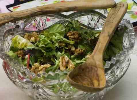 Frisk salat med bringebærvinagrette oppskrift.