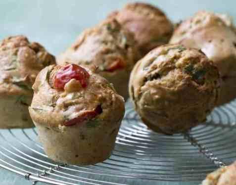 Matmuffins med fetaost, cherrytomat og spinat oppskrift.