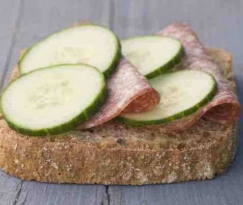 Skive med salami og agurk oppskrift.