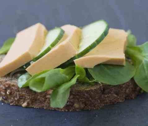 Skive med laksepate, salat og agurk oppskrift.