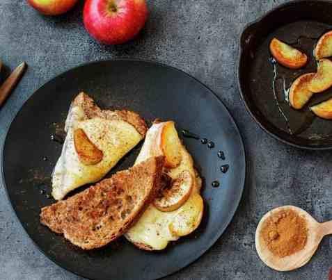 Toast med eple og kanel oppskrift.