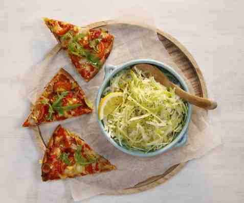 Kålsalat til pizza oppskrift.