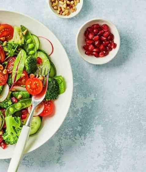 Lunsjsalat med brokkoli, tomat og rødløk oppskrift.