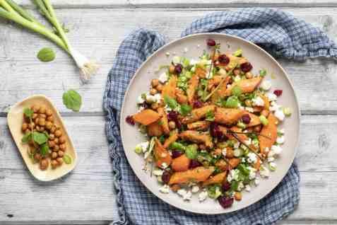 Middagssalat med gulrøtter og kikerter oppskrift.