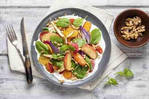 Salat med bakte rotgrønnsaker og eple oppskrift.