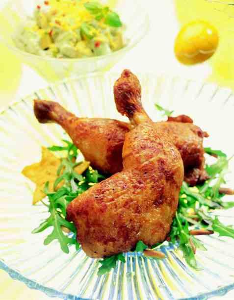 Kyllinglår med avokadosalat og mangosalsa oppskrift.