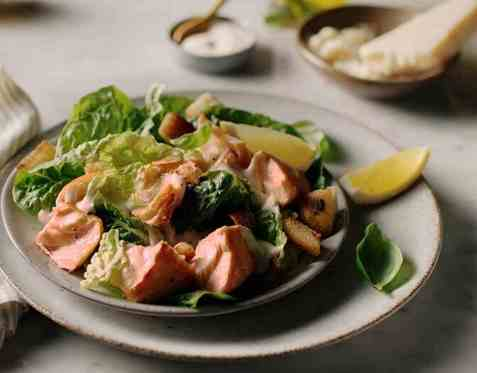 Cæsarsalat med laks oppskrift.