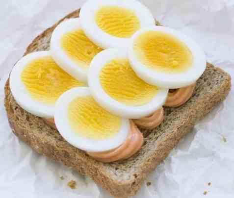 Skive med kokt egg og kaviar oppskrift.