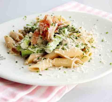 Fullkornspasta med soppsaus og asparges oppskrift.