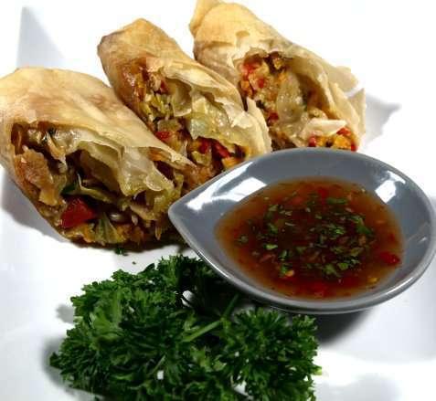 Bilde av V�rruller med chili- og koriander-dipsaus.