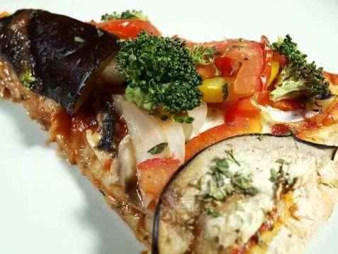 Pizza med friske grønnsaker oppskrift.