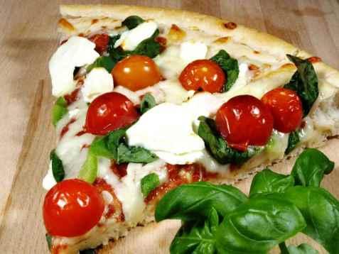 Pizza med tomat, mozzarella og basilikum oppskrift.