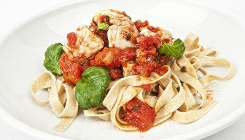 Pasta med sei, tomat og basilikum oppskrift.