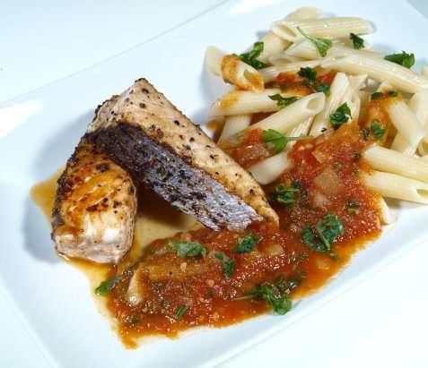 Hot & spicy pasta med grillet laks oppskrift.