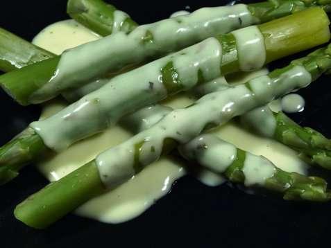 Grønn asparges med saus oppskrift.